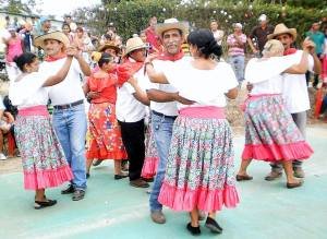 Campesinos in a modern version of the tradtional dress dancing the merengue (http://albaciudad.org/wp/wp-content/uploads/2014/05/F1-El-merengue-campesino-es-una-variante.jpg)