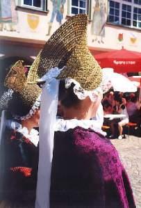 View of Radhaube from the back showing the ribbons (http://www.zum.de/Faecher/G/BW/Landeskunde/rhein/volkskunde/trachten/haslach99/villingen.htm)